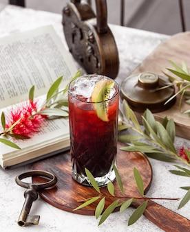 Kristallglas roter cocktail garniert mit kiwi-scheibe