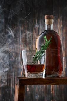 Kristallglas und flasche mit whisky