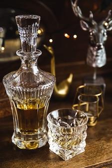 Kristallkaraffe und glas eines teuren whiskys