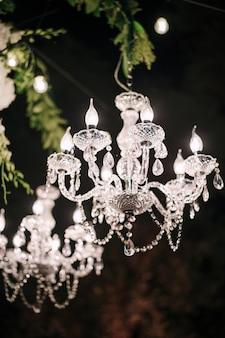 Kristallklare kronleuchter mit leuchtern und kandelaberkerzen glühbirnen glasanhänger und