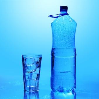 Kristallklares wasser mit eis