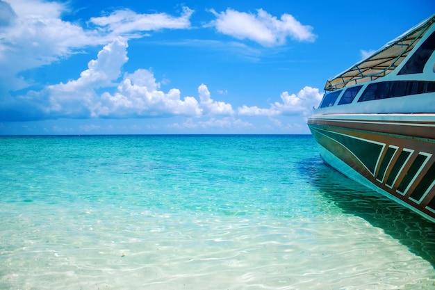 Kristallklares wasser und schnellboot des schönen landschaftsmeerblick-strandes