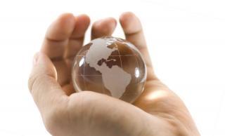 Kristallkugel in der hand