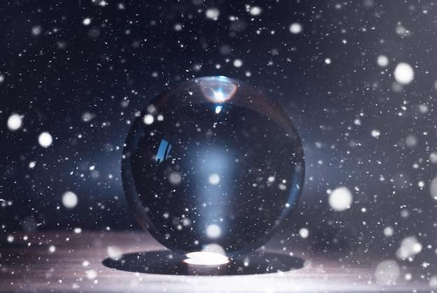 Kristallkugel, um das schicksal vorherzusagen. für die zukunft raten.