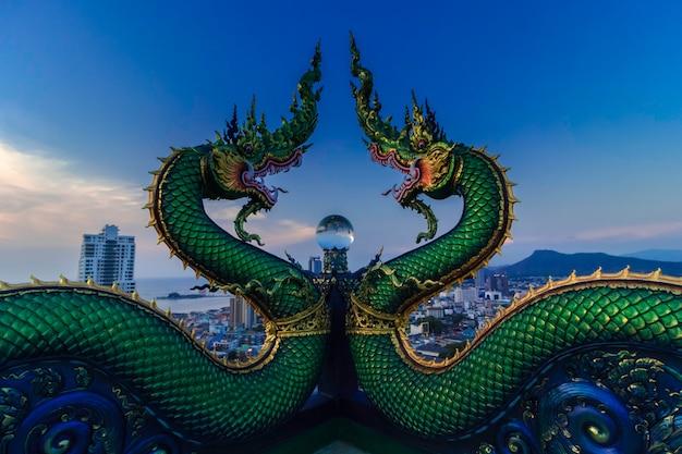 Kristallschlange. ball die großartige architektur des tempels in sri racha repräsentiert die größe des buddhismus. neues unsichtbares thailand des tempels in sri racha.