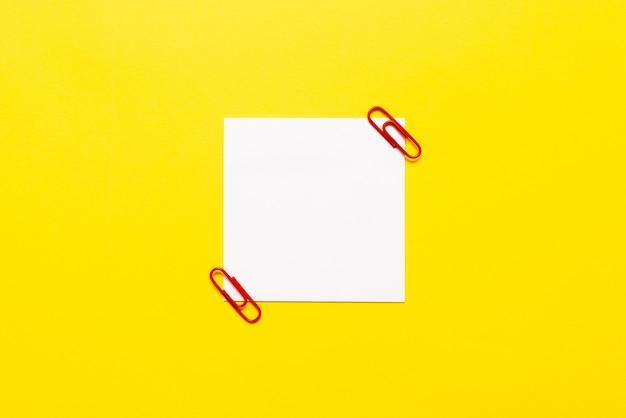 Kritisches denken, hinweise finden, fragen beantworten, daten sammeln, logische ideen sammeln, informationen sammeln, wortspiele, bürobedarf notizbücher stift Premium Fotos