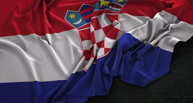 Kroatien-fahne geknittert auf dunklem hintergrund 3d render