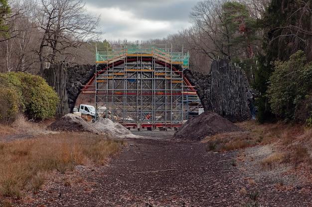 Kromlau / deutschland - jan.2020: renovierung der rakotzbrücke und der grotte im rhododendronpark kromlau.