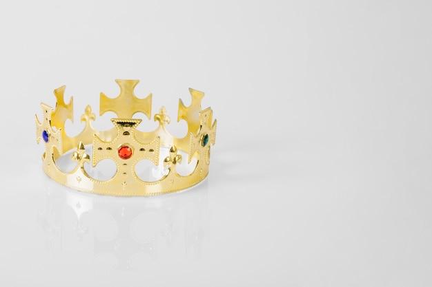 Krone auf weißem hintergrund
