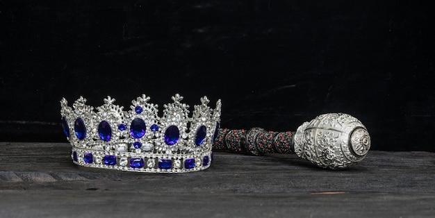 Krone und zepter auf schwarzem hintergrund