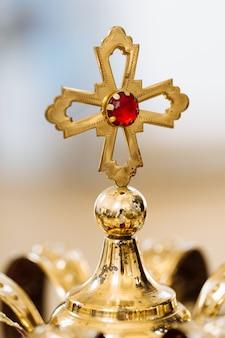 Kronen der goldenen hochzeit mit den edelsteinen, die auf dem tisch in der kirche liegen