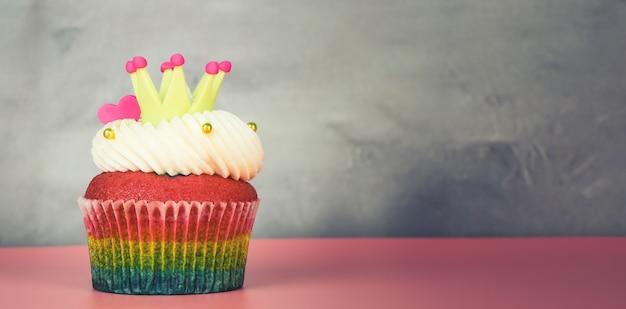 Kronenherz-regenbogenkuchen auf grungy grauem hintergrundkopienraum