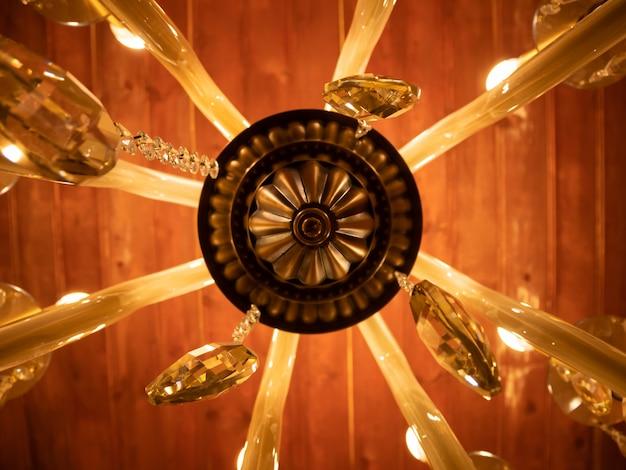 Kronleuchter hängen unter einer decke in einem palast.