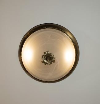 Kronleuchter im vintage-stil aus goldfarbenem metall, das an einer decke hängt