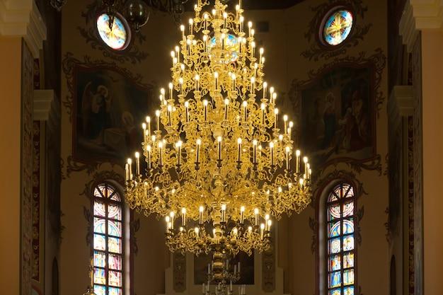 Kronleuchter in der christlichen kirche