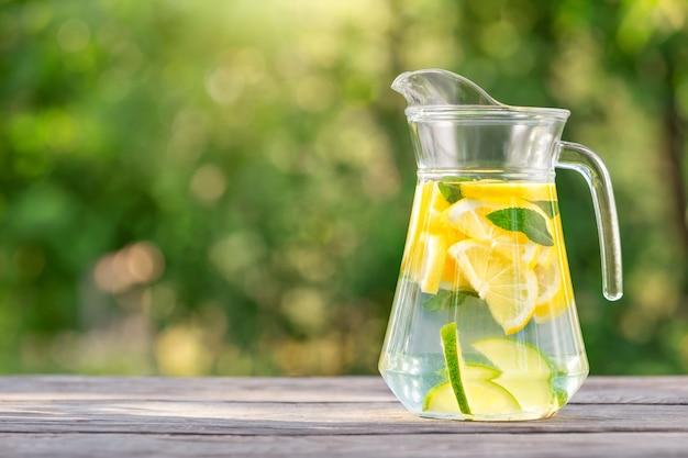 Krug hausgemachte limonade auf holztisch