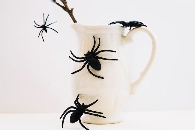 Krug mit gefälschten spinnen