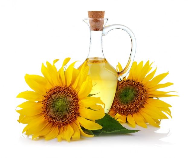 Krug sonnenblumenöl mit den blumen getrennt