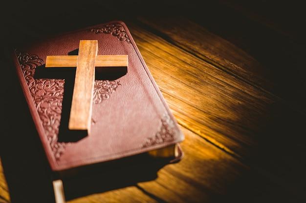 Kruzifixikone, die auf der bibel stillsteht