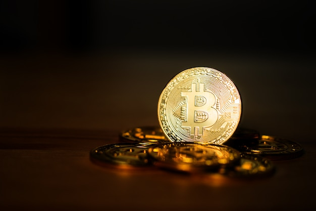 Kryptowährung, bitcoin gold (btg) auf dunklem hintergrund