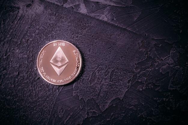 Kryptowährung ethereum auf der betonoberfläche