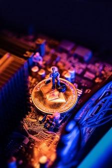 Kryptowährungsmünze von ethereum auf einem pc-computer-motherboard, crypto currency mining-konzept.