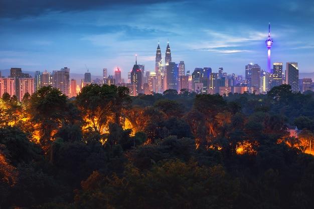 Kuala lumpur skyline der stadt im sonnenaufgang