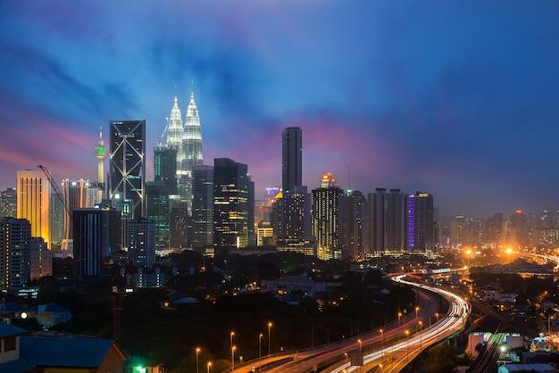 Kuala lumpur skyline und wolkenkratzer nachts in kuala lumpur, malaysia.