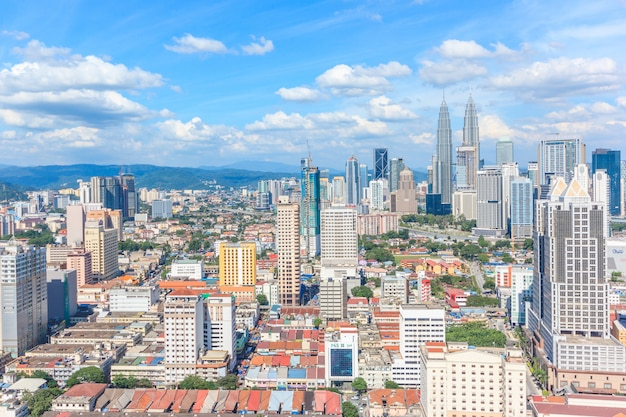 Kuala lumpur-stadtbild, das den petronas-twin tower zeigt, auch bekannt als klcc-gebäude während der sonne