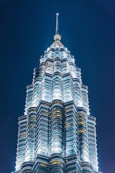 Kuala lumpur wolkenkratzer in der dämmerung in malaysia