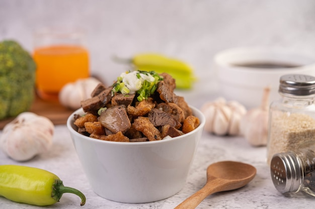 Kuay jab in einer tasse mit schweinefleischbällchen und schweinefleischcracker.