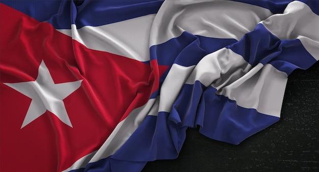 Kuba-flagge geknickt auf dunklem hintergrund 3d render