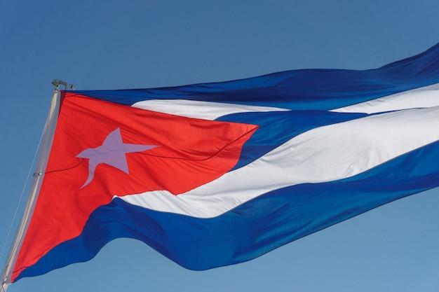 Kubanische flagge mit blauem himmel