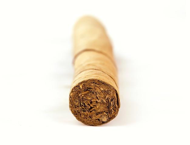 Kubanische zigarre isoliert auf weißem hintergrund