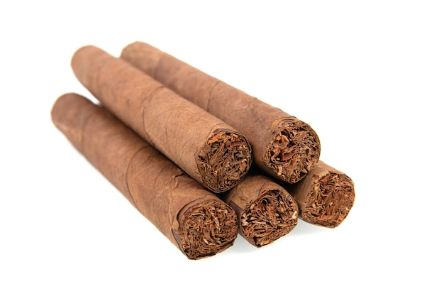 Kubanische zigarren isoliert auf weißer oberfläche