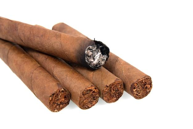 Kubanische zigarren lokalisiert auf weißem hintergrund