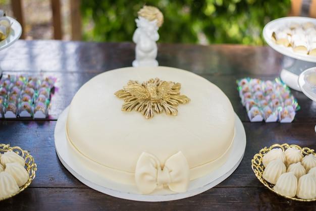 Kuchen auf dem tisch - taufe