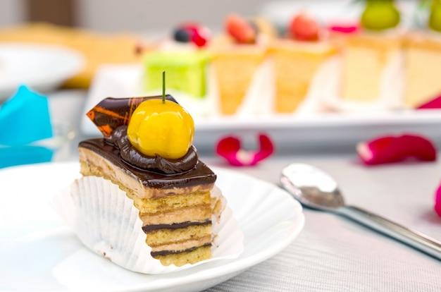 Kuchen auf dem tisch Premium Fotos