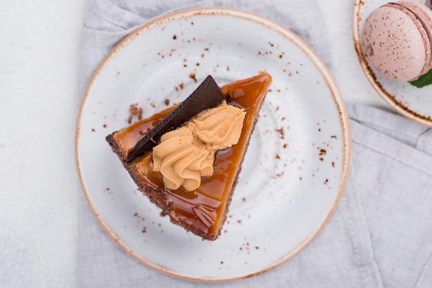 Kuchen auf teller mit macarons