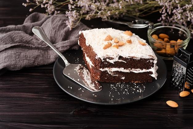 Kuchen auf teller mit mandeln und blumen
