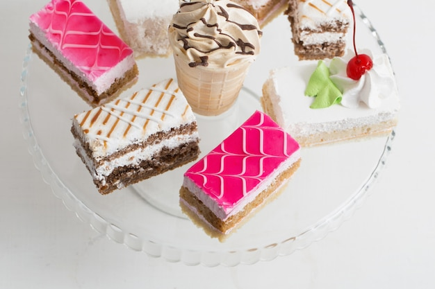 Kuchen auf weißem tisch