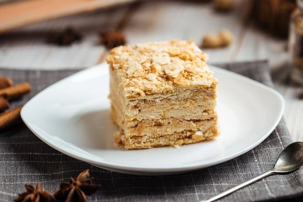 Kuchen aus dünnen knusprigen kuchen und sahne napoleon
