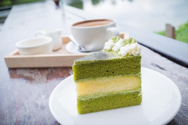Kuchen des grünen tees mit kaffeefrühstück stellte in restaurant im freien ein