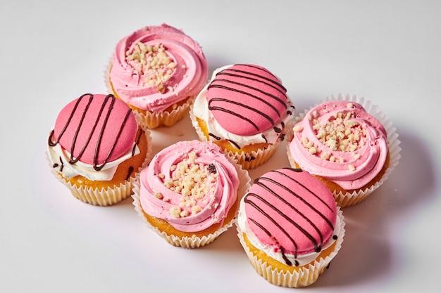 Kuchen dessert köstliche muffins mit rosa sahne sweet treat set kuchen auf einem weißen hintergrund