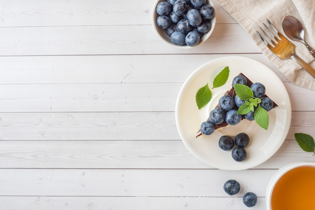 Kuchen eines auflaufs mit glasur und frischen blaubeeren. draufsicht cop