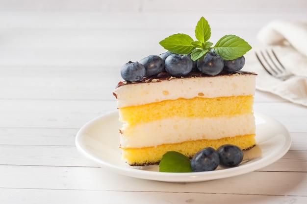 Kuchen eines auflaufs mit glasur und frischen blaubeeren. kopieren sie platz