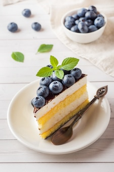 Kuchen eines auflaufs mit glasur und frischen blaubeeren.