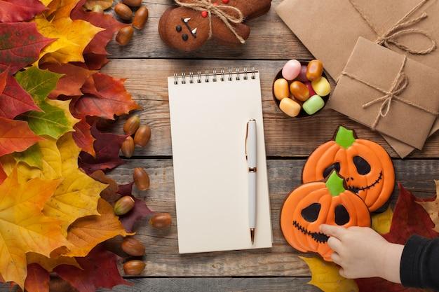 Kuchen für halloween und ein leeres notizbuch.