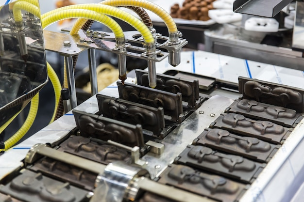 Kuchen heiße formbackmaschine. nahrungsmittelmassenproduktionsmaschinerie in der nahrungsmittelfabrik