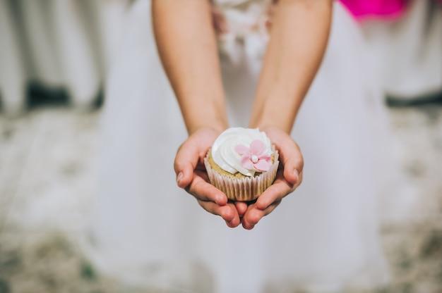 Kuchen in den händen der kinder